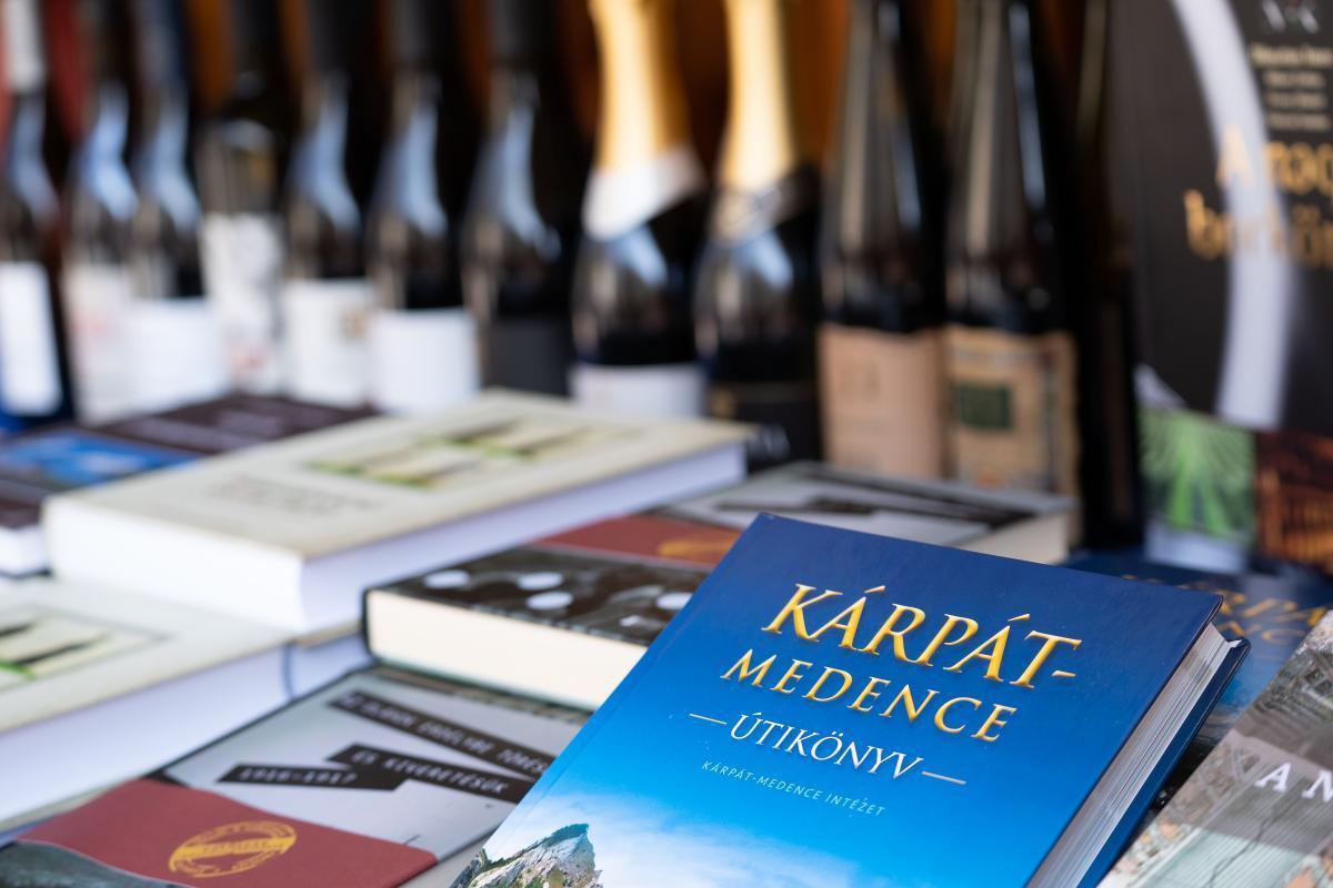 Külhoni könyvek és borok a Partium Ház standján